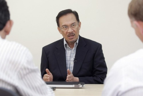 Saya minta perdana menteri bertanggungjawab bagi kerosakan yang bakal dilakukan kepada negara ini dan integriti dan kehormatan orang Melayu.Esok saya akan didakwa dengan satu jenayah yang saya tidak terlibat. Ia akan berlaku dengan sokongan aktif dan pembabitan berunsur jenayah peringkat tertinggi pasukan polis dan ahli politik - termasuk pejabat perdana menteri.- DS Anwar