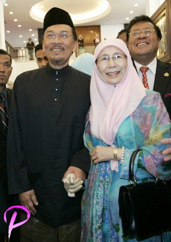 Malaysia's opposition figure Anwar Ibrahim and wife Wan Azizah Wan Ismail arrive before Anwar was sworn in as a member of parliament at the parliament house in Kuala Lumpur, August 28, 2008. Anwar won a sweeping victory in a by-election on Tuesday and returns to parliament just in time to join Friday's 2009 budget announcement and debate.