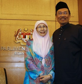 Malaysia opposition leader Anwar Ibrahim (R) and his wife Wan Azizah (L) arrive at a swearing in ceremony at Parliament House in Kuala Lumpur on August 28, 2008. Anwar Ibrahim will return to parliment after a ten year absence after winning a hotly contested by-election in northern Penang state tthat now will make him the parliamentary Leader of The Opposition. Anwar claimed a landslide victory this week in a by-election to return him to parliament, capping a stunning comeback after he was sacked as deputy premier in 1998 and jailed for sodomy and corruption.
