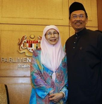 Malaysia mencatat rekod sebagai satu-satunya negara pengeluar minyak yang berterusan mencatatkan belanjawan defisit selama 10 tahun berterusan.