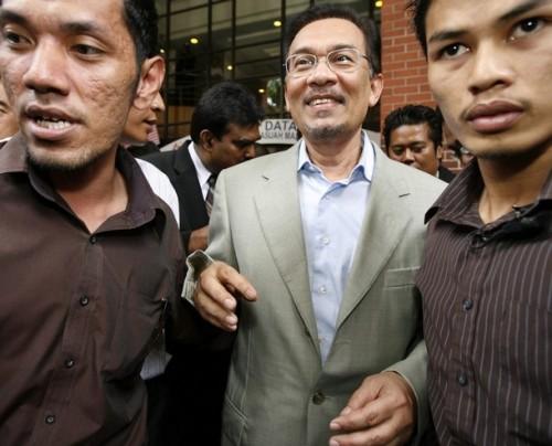 Anwar Ibrahim berkemungkinan akan ditahan hari ini.Perkembangan ini berikutan kemungkinan polis akan menyerahkan perintah untuk menahan Anwar di rumahnya.