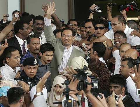 Datuk Seri Anwar Ibrahim melambaikan tangan kepada kira-kira 2,000 penyokongnya ketika meninggalkan perkarangan