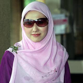 Siti Aishah mendaftar perkahwinan dengan Wan Ismail di Mahkamah Rendah Syariah Kota Bharu, semalam.