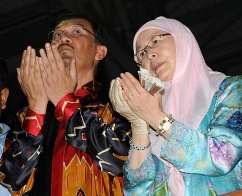 Sudah tiba masanya kita rakyat Malaysia membuat pilihan untuk menemukan kembali erti kemerdekaan negara ini. Adalah menjadi tanggungjawab kita sekarang untuk memastikan demokrasi bernafas semula di negara ini, keluhuran perlembagaan kembali dijunjung dan kedaulatan undang-undang terbina kukuh.
