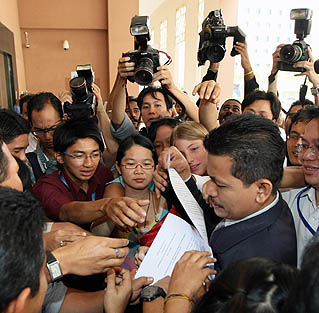 Pegawai Perhubungan Awam Suruhanjaya Pilihan Raya (SPR), Sabri Syed, memberikan salinan kenyataan media kepada wartawan di Putrajaya, tengah hari ini. Pilihan raya kecil Parlimen Permatang Pauh ditetapkan 26 Ogos ini dengan hari penamaan calon 16 Ogos.