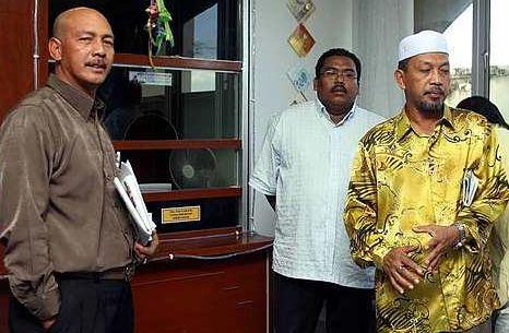ZUL Hassan (kiri) dan ahli perniagaan Fairul Azrim Ismail ketika berada di Jabatan Agama Islam Perak, Ipoh untuk membuat laporan pada Selasa lalu. Di kanan ialah Ketua Parti Keadilan Rakyat Bahagian Parti, Usaili Alias.