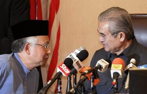 """Daripada tinjauan rambang, menerusi """"pujuk rayu yang kreatif dan pelbagai cara"""", beberapa pemerhati politik berpendapat, Abdullah boleh memperolehi jumlah kouta yang diperlukan untuk membolehkan beliau mempertahankan jawatan Presiden UMNO"""