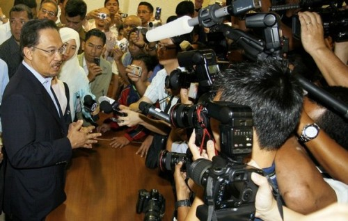 Malaysian opposition leader Anwar Ibrahim (L) speaks to press at the Sessions Court in Kuala Lumpur on September 10, 2008. Anwar was in court to face a sodomy charge similar to one filed against him a decade ago and which he claim as politically motivated. The case was postpone until September 24.