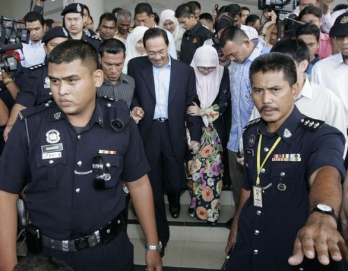 Malaysian opposition leader Anwar Ibrahim leaves the courthouse with his wife Wan Azizah Wan Ismail in Kuala Lumpur September 10, 2008. Anwar was bailed on sodomy charges on Wednesday, allowing him to push ahead with his bid for power at a time when the government is embroiled in a bitter race row. REUTERS/Zainal Abd Halim (MALAYSIA)