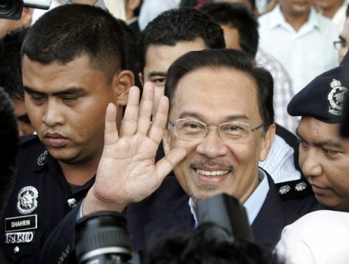 Malaysia's opposition leader Anwar Ibrahim waves as he leaves the courthouse in Kuala Lumpur September 10, 2008. Anwar was bailed on sodomy charges on Wednesday, allowing him to push ahead with his bid for power at a time when the government is embroiled in a bitter race row. REUTERS/Bazuki Muhammad (MALAYSIA)