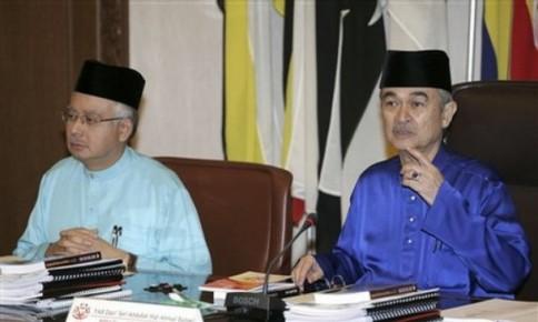 sebarang keputusan berkaitan kedudukannya sebagai Presiden Umno dan juga peralihan kuasa akan dibuat oleh beliau sendiri.
