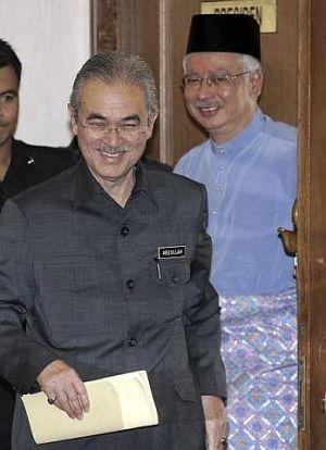 ABDULLAH Ahmad Badawi dengan diiringi Mohd. Najib Tun Razak hadir untuk mempengerusikan mesyuarat khas Majlis Tertinggi Umno di Menara Dato' Onn, Kuala Lumpur. - foto AP
