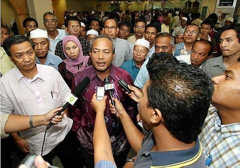 BEKAS Ketua Bahagian Umno Rantau Panjang, Datuk Mohd Zain Ismail (tengah) ditemu ramah wartawan berhubung tindakan yang dikenakan terhadap dirinya oleh Lembaga Disiplin Parti ketika tiba di Lapangan Terbang Sultan Ismail Petra, Kota Baharu hari ini. Mohd Zain menganggap keputusan untuk menggantungkannya sebagai keterlaluan kerana beliau menyifatkan perbicaraan terhadapnya adalah kurang adil dan terdapat elemen sabotaj oleh pengadu untuk mendapatkan jawatannya berikutan mesyuarat pemilihan Umno bahagian akan berlangsung mulai 9 Oktober ini di seluruh negara. -fotoBERNAMA