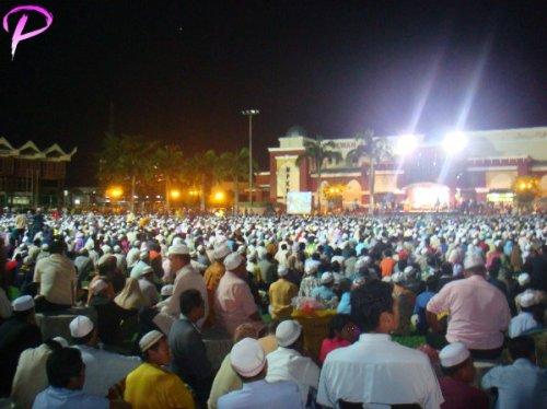 Puluhan ribu rakyat kelantan membanjiri padang Dewan Majlis Perbandaran Kota Bharu di perkarangan Stadium untuk mendengar ceramah DSAI semalam