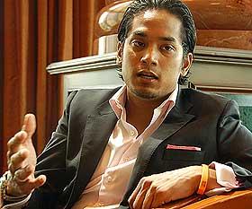 jumlah pencalonan yang diperolehi oleh Khairy  sehingga ini kurang satu - kepada 47 - di belakang Datuk Dr Mohd Khir Toyo yang mengumpul 48 pencalonan