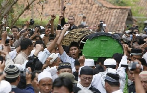 Indonesian Muslims carry the coffin of Bali bomber Imam Samudra in Serang, Banten province, Indonesia, Sunday Nov. 9, 2008. Indonesia executed Samudra, 38, and brothers Amrozi Nurhasyim, 47, and Ali Ghufron, 48, Saturday for helping plan and carry out the 2002 Bali bombings that killed 202 people, many of them foreign tourists. (AP Photo/Achmad Ibrahim)