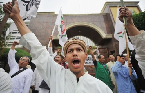 """Members of Indonesian Mujahidin council (MMI) shout slogans during a protest in support of convicted Bali Bombers Amrozi, Mukhlas and Imam Samudra in front of attorney general's office in Jakarta on November 7, 2008. The families of the Indonesian Islamists on death row for the 2002 Bali Bombings have been told to """"get ready"""" for the executions, a prosecutor said November 7."""
