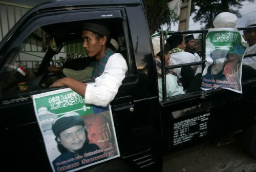 Supporters of Bali bomber Imam Samudra ride a car to visit Samudra's family in Serang, Banten province November 6, 2008. Indonesian officials on Thursday told the family of one of the three militants sentenced to death for the 2002 Bali bombings to accept execution once it happens, a sign that executions will take place soon.