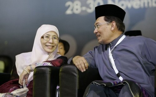 President of Malaysia's opposition National Justice Party, Wan Azizah Wan Ismail, shares a light moment with her husband Anwar Ibrahim during the opening of its annual conference in Shah Alam outside Kuala Lumpur November 29, 2008. REUTERS/Zainal Abd Halim (MALAYSIA)