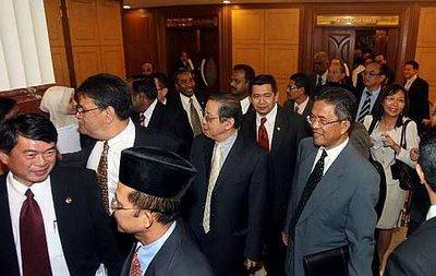 Sidang dewan rakyat ditangguh selama 45 minit, kerana Ketua Pembangkang, Datuk Seri Anwar Ibrahim tidak berpuas hati kerana tidak mendapat penjelasan sewajarnya daripada Menteri Kewangan Najib Razak berhubung dengan pengulungan Bajet 2009 yang dibentangnya semalam.