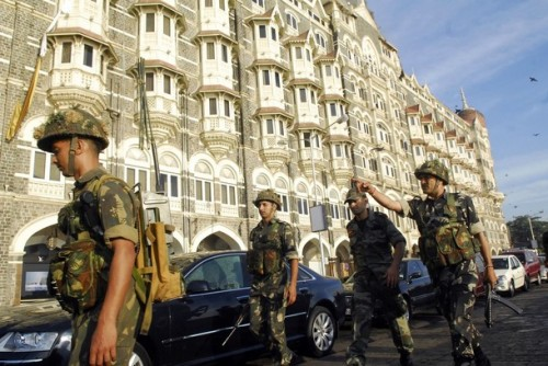 Army soldiers reinforce the Taj hotel in Mumbai November 27, 2008. Suspected Islamist gunmen launched waves of attacks in the heart of India's financial capital, killing at least 101 people and taking many foreigners hostage in two of the city's plushest hotels, police said on Thursday. REUTERS/Stringer  (INDIA)