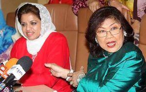 Shahrizat dalam kenyataannya kelmarin juga berkata, beliau masih berpegang dengan pendirian bahawa pelan peralihan jawatan Ketua Wanita Umno dan Naib Ketua Wanita Umno perlu diselaraskan dengan badan induk, Pemuda dan Putera sempena Perhimpunan Agung Umno Mac depan.