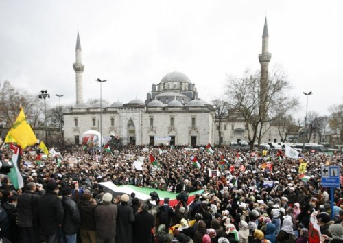 Demonstrators shout slogans in Istanbul December 28, 2008 during a protest against Israeli attacks on Gaza. Israel destroyed Hamas's main Gaza security complex in an air strike on Sunday and prepared for a possible invasion of the territory after killing more than 280 Palestinians in the first 24 hours of a powerful offensive.  REUTERS/Osman Orsal (TURKEY)
