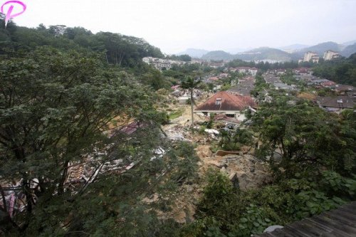 A general view of a landslide in Kuala Lumpur December 6, 2008. A landslide occurred early Saturday in a housing estate in Kuala Lumpur and police confirmed three people killed, according to Malaysia's official Bernama news agency. Reuters Pictures