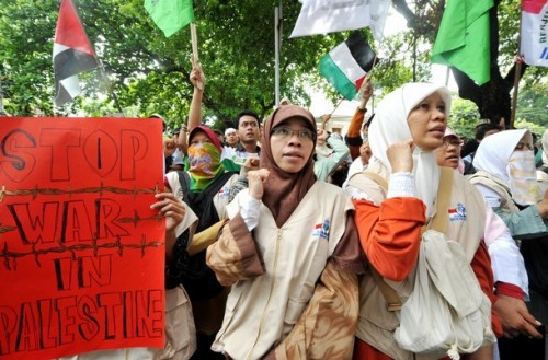 Protesters from the National Committee for Palestine People hold a anti-Israeli protest in front of the Egyptian embassy in Jakarta on December 30, 2008. Indonesia, the world's most populous Muslim nation, Monday condemned the massive Israeli air strikes in the Gaza Strip and said it would send cash and medical aid to Palestinian victims. AFP PHOTO/ADEK BERRY (Photo credit should read ADEK BERRY/AFP/Getty Images)