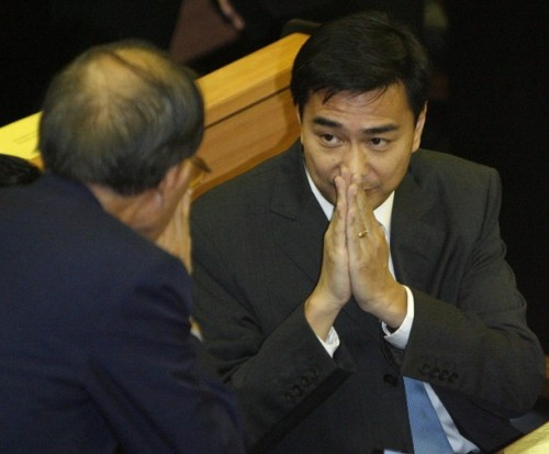 Abhisit Vejjajiva (R) greets members after arriving at Parliament in Bangkok December 15 2008. Thailand's opposition Democrat Party leader, Vejjajiva, won a thin majority in a parliamentary vote on Monday to become prime minister as the economy teeters on the brink of recession.  REUTERS/Sukree Sukplang   (THAILAND)