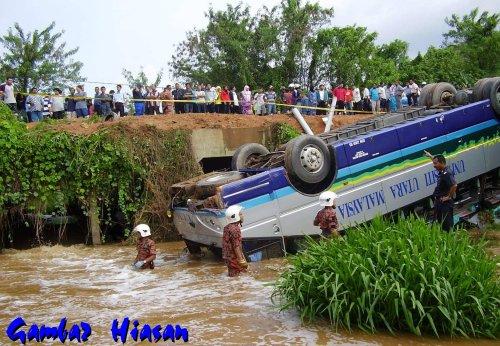 Sembilan orang terdiri daripada lima wanita dan empat lelaki terbunuh, manakala 19 orang lagi cedera apabila sebuah bas ekspres terbalik di Kilometer 146, Lebuhraya Utara Selatan berhampiran Tangkak di sini awal pagi ini.