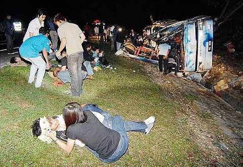 KEADAAN di lokasi kemalangan membabitkan bas ekspress berhampiran Tangkak awal pagi ini.