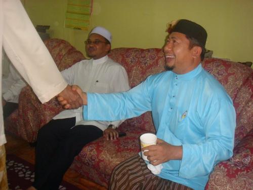 YB Ustaz Nasharudin Mat Isa bersama Ustaz Hasan Mahmood menziarahi salah sebuah rumah di Tawang dalam parlimen Bachok untuk berhari raya