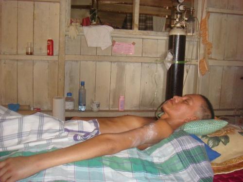 Inilah mangsa penyakit kronik yang sudah empat bulan terlantar tidak sedarkan diri.Ap yang dikesalkan,Menurut isterinya puan rubiah drahman,pihak hospital menyuruhnya mebawa pulang suaminya semenjak dua bulan lepas selepas disahkan mengidap penyakit saraf otak.