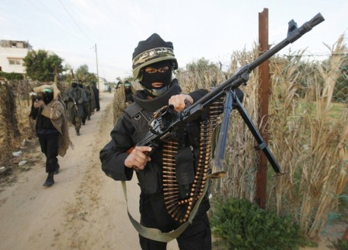 PEJUANG Hamas mengadakan rondaan di Gaza semalam selepas gencatan senjata tamat.Hamas fighter patrol a street after a training drill near the border with the Gaza Strip December 19, 2008. Hamas on Thursday declared an end to a six-month-old Egyptian-brokered ceasefire with Israel in the Gaza Strip, raising the prospect of an escalation in cross-border fighting. REUTERS