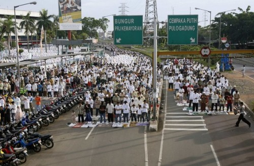 Muslims attend prayer along a street to celebrate the festival of Eid al-Adha in Jakarta December 8, 2008. Indonesia, the world's most populous Muslim nation, celebrates Eid al-Adha by slaughtering goats and cows and distributing the meat to the poor.  REUTERS