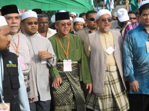 puluhan ribu penyokong dan pendokong PAS dan Pakatan Rakyat yang turut sama berarak mengiringi YB Abd Wahid Endut ke Pusat Penamaan calon yang diadakan di Stadium Negeri,