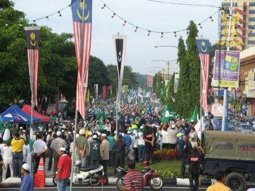 Lebih bermakna lagi bilamana calon PAS bagi P036, YB Ab Wahid Endut telah diiringi oleh lebih 60 ribu orang penyokong PAS dan Pakatan Rakyat. Perarakan hari ini memperlihatkan peserta dan penyokong PAS memenuhi jalanraya hampir 3 kilometer.