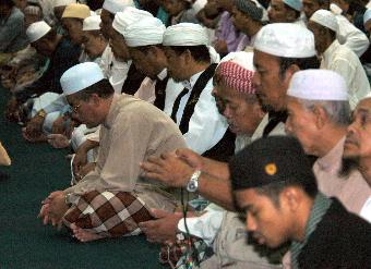 Ramai tidak dapat menahan sebak apabila Adun Demit itu mulai hiba sambil berdoa sehingga suasana menjadi hening seketika.