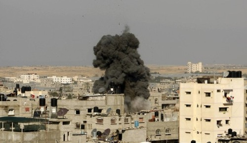 Smoke rises after an Israeli air strike in Rafah in the southern Gaza Strip January 5, 2009. Israeli tanks, planes and ground forces pounded Gaza on Monday and the defence minister said the offensive against Hamas militants in the Palestinian enclave would go on until Israel was safe. REUTERS/Ibraheem Abu Mustafa (GAZA)