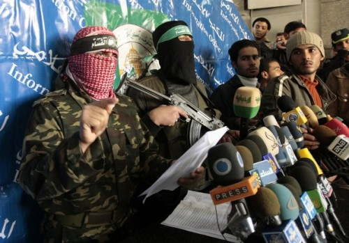 A Hamas militant speaks during a news conference in Gaza January 19, 2009. Palestinians took stock on Monday of the devastation from a three-week war in the Gaza Strip as a ceasefire took hold and Israeli forces pressed on with their gradual withdrawal from the Hamas-ruled territory.  REUTERS/Mohammed Salem (GAZA)