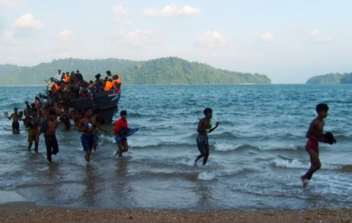 Rohingya migrants arrive on Koh Sai Daeng in southwest Thailand to be processed by Thai authorities in this undated photo obtained by CNN. Pressure mounted on Thailand on January 26, 2009 to come clean on allegations the army towed Rohingya refugees out to sea and abandoned them in engine-less boats, after CNN showed pictures depicting exactly that.  REUTERS/CNN