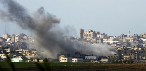 Smoke rises after an Israeli air strike in Gaza January 1, 2009. Israel on Thursday killed a senior Hamas political leader in an air strike in the Gaza Strip, the first such attack in its six-day-old offensive.  REUTERS/Nikola Solic (GAZA)