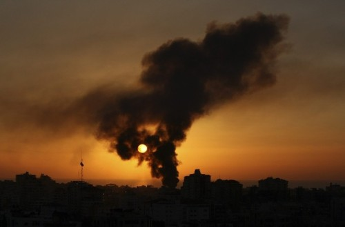 Smoke rises over Gaza city January 6, 2009. Israeli tank shells killed at least 40 Palestinians on Tuesday at a U.N. school where civilians had taken shelter, medical officials said, in carnage likely to boost international calls for a halt to Israel's Gaza offensive. REUTERS/Suhaib Salem (GAZA)