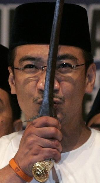 Mungkin Hisham mengganggap remeh masalah PPSMI yang dilihat bukan sebagai satu isu politik tetapi beliau semestinya berhati-hati kerana hampir 98% Perwakilan UMNO ialah orang Melayu yang sudah bosan dengan perangai 'FLIP-FLOP' oleh mana-mana pemimpin sekalipun kerana ia jelas akan menjadi punca kejatuhan seseorang yang mempunyai nama besar seperti yang telah berlaku kepada Pak Lah dan rakan-rakan.