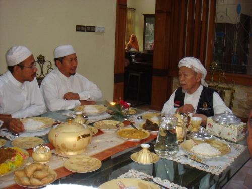 sambil makan sempat juga Tok Guru tazkirah dan kupas isu semasa pada kami semua...