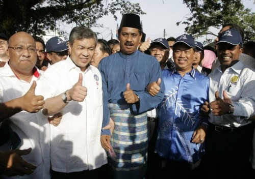 Ismail Safian (C), the candidate for Malaysia's ruling National Front coalition, shows a thumbs-up sign with fellow party members as they arrive at the nomination of Bukit Gantang parliamentary by-election, in Bukit Gantang March 29, 2009. REUTERS