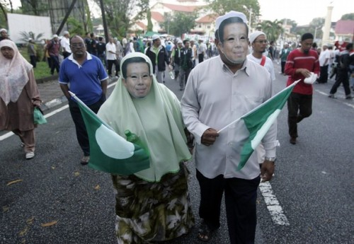 Supporters of the candidate for Malaysia's opposition People's Alliance, Mohammad Nizar Jamaluddin, wear masks depicting his face during the nomination of Bukit Gantang parliamentary by-election, in Bukit Gantang, March 29, 2009. REUTERS