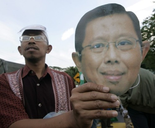A supporter of the candidate for Malaysia's opposition People's Alliance, Mohammad Nizar Jamaluddin, shows a mask with his face during the nomination of Bukit Gantang parliamentary by-election in Bukit Gantang March 29, 2009. REUTERS