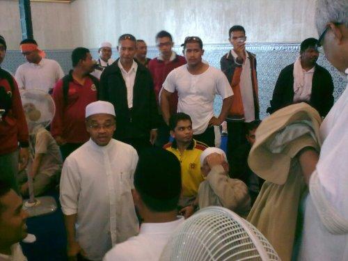 3:30PM Tuan Guru Hj Hadi selamat berada dalam masjid, walaupun terkena sembura iar gas pemedih mata kat luar tadi... Sekarang tunggu ucapn TG didalam masjid
